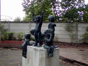 下河原線跡の子供像