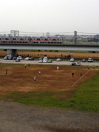 丸子橋手前で野球