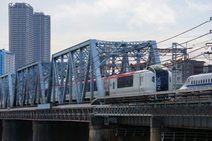 多摩川で新幹線