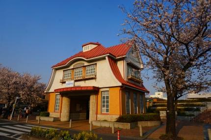 多摩川丸子橋の桜 田園調布旧駅舎