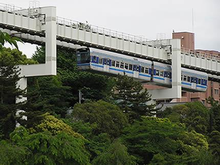 千葉モノレール公園横を走る