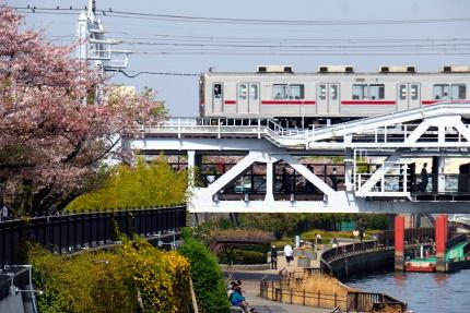 すみだリバーウォークを渡る東武電車