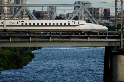 多摩川を渡る新幹線