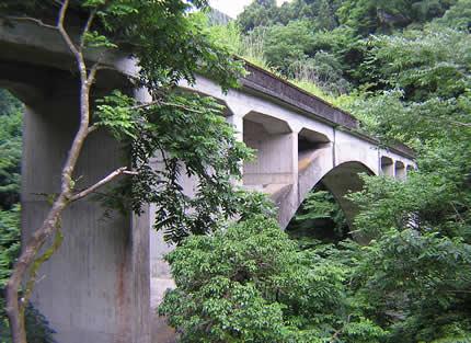 アーチ橋下から