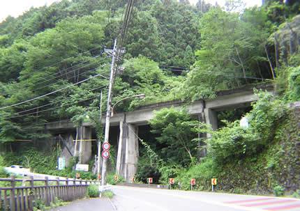 トンネル出口の橋遠くから
